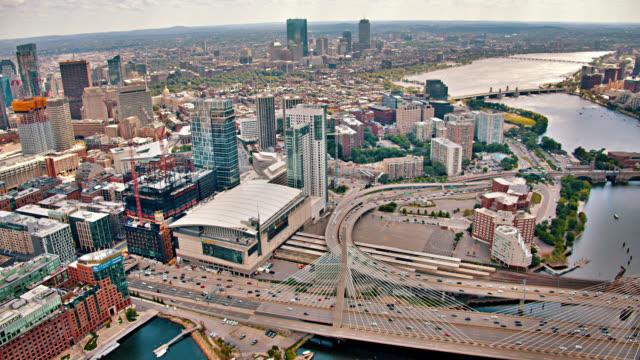 Leonard P. Zakim Bunker Hill Memorial Bridge. Boston Financial District. Charles Fluss. Luftaufnahme. – Video