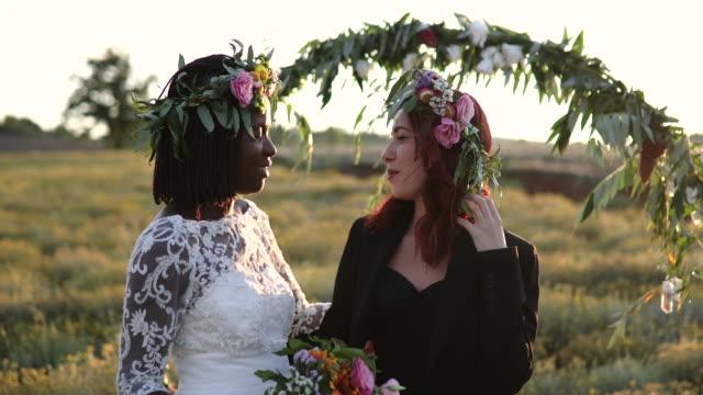 vidéos et rushes de couples lesbiens avant la cérémonie de mariage - couple marié