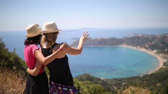 在科孚島享受的女同性戀夫婦 - 目的地 個影片檔及 b 捲影像