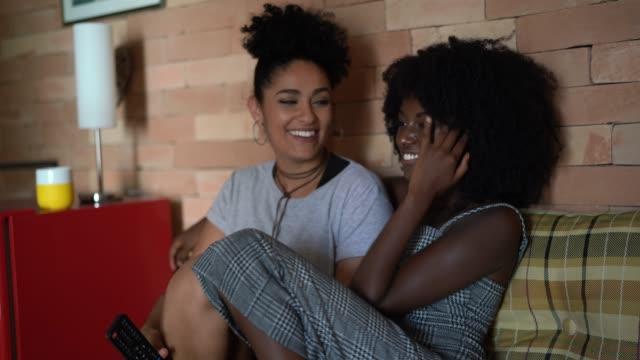 lesbisch-paar/freunde fernsehen zu hause - freundschaftliche verbundenheit stock-videos und b-roll-filmmaterial