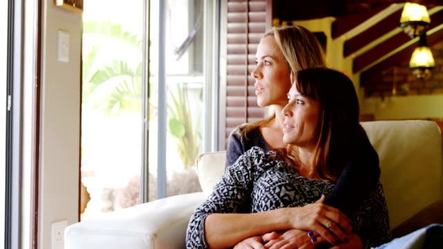 Lesbisches Paar küssen auf Sofa 4k – Video