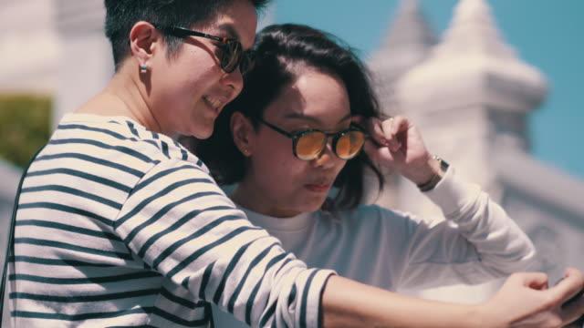 Couples lesbiennes prenant des selfies avec le smartphone - Vidéo