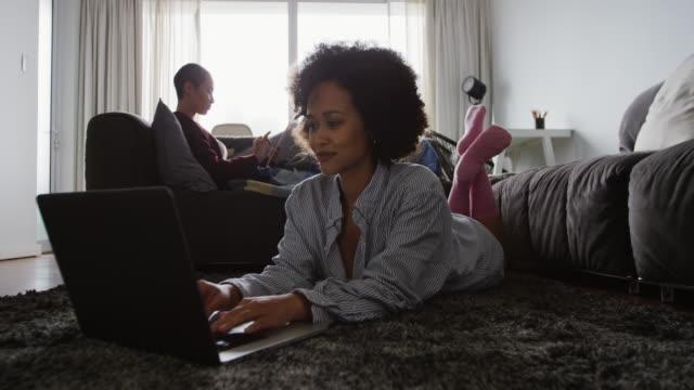 Lesben Paar mit Laptop im Wohnzimmer – Video