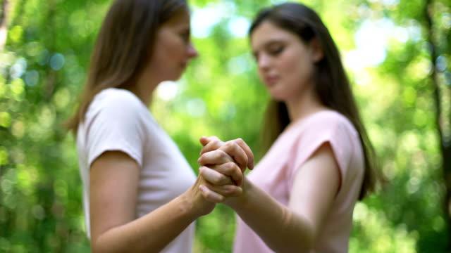 stockvideo's en b-roll-footage met lesbiennes paar zoenen en houden van de handen, betrouwbare relatie, lgbt-rechten - verleiding