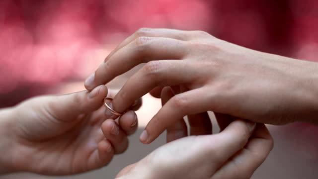 式のリング身に着けているレズビアン、同性の結婚式を愛するパートナー、クローズ アップ - 指輪点の映像素材/bロール