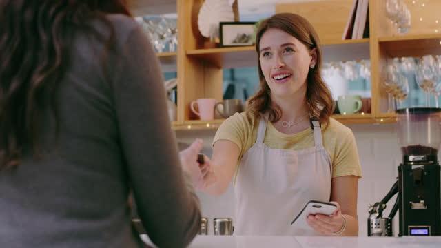 weniger geld, mehr kaffee - bedienungspersonal stock-videos und b-roll-filmmaterial