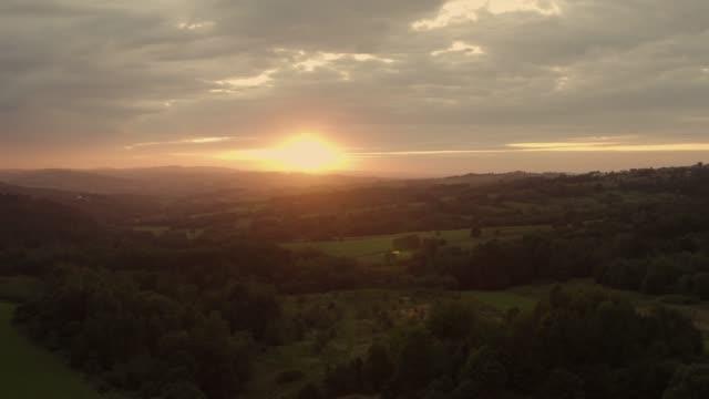 kleiner polen sonnenuntergang landschaft luftaufnahmen - krakau stock-videos und b-roll-filmmaterial