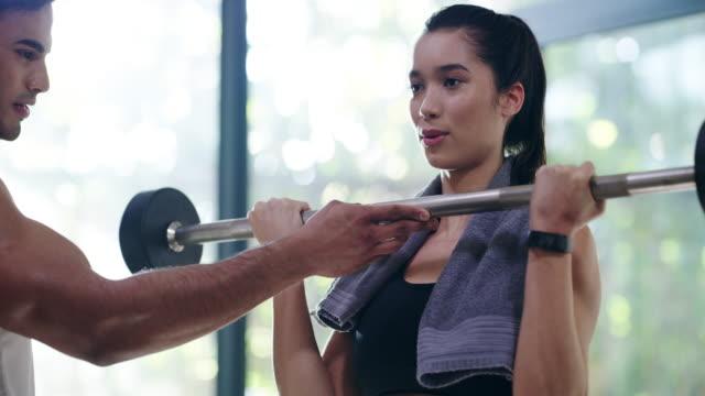 låt folk motivera dig att komma i form - gym skratt bildbanksvideor och videomaterial från bakom kulisserna