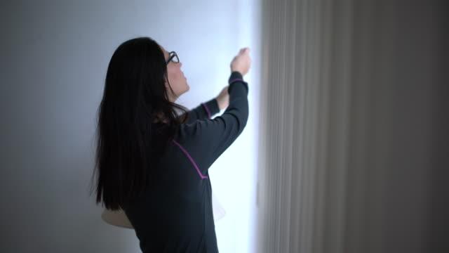 let the light go in - store filmów i materiałów b-roll