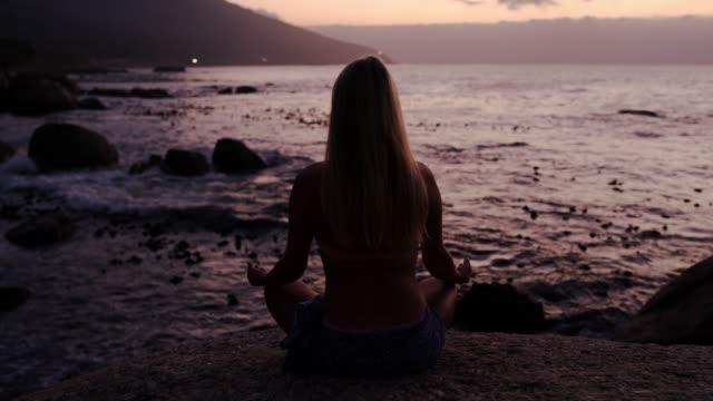 vídeos de stock, filmes e b-roll de deixa o mar acalmar sua alma - posição