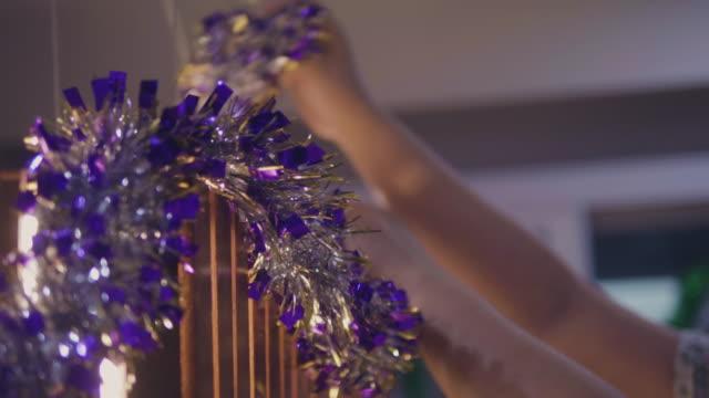 låt oss få dessa juldekorationer - christmas decorations bildbanksvideor och videomaterial från bakom kulisserna