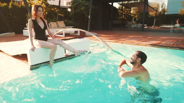 låt oss ha lite kul vid poolen. - flörta bildbanksvideor och videomaterial från bakom kulisserna