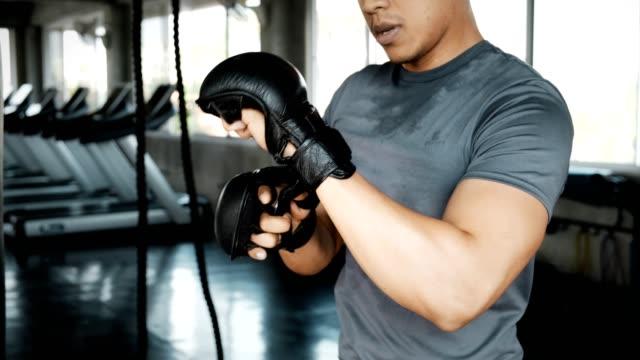iniziamo questo allenamento mma. - guanto indumento sportivo protettivo video stock e b–roll