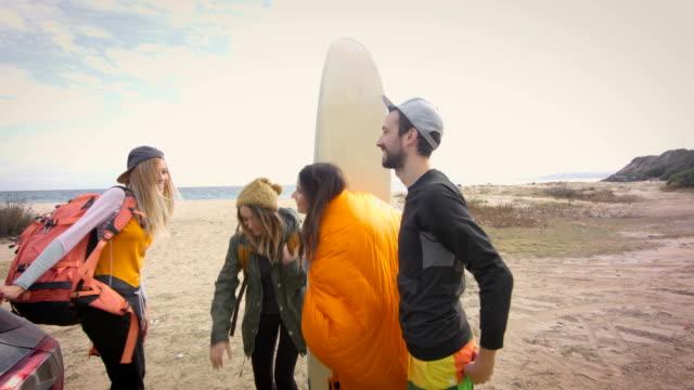 let's surf! 4k - спортивное оборудование стоковые видео и кадры b-roll