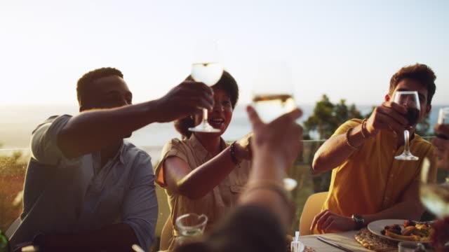 vídeos de stock, filmes e b-roll de vamos brindar a muitos mais anos de amizade e felicidade - vinho
