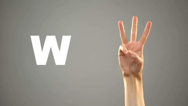 Brief W in Gebärdensprache, Hand über Hintergrund, Kommunikation für Gehörlose, Unterricht – Video