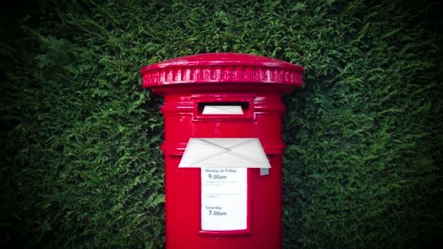 briefe, die in einer britischen mailbox verschickt werden - briefkasten stock-videos und b-roll-filmmaterial