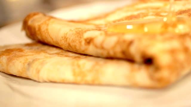 Leutt's honey on a pancake video