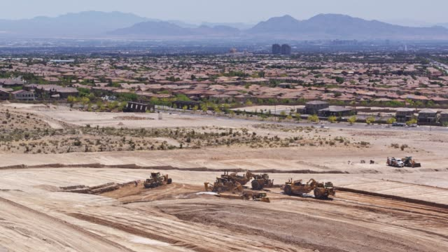 leveling ground at construction site in las vegas - drone shot - città diffusa video stock e b–roll