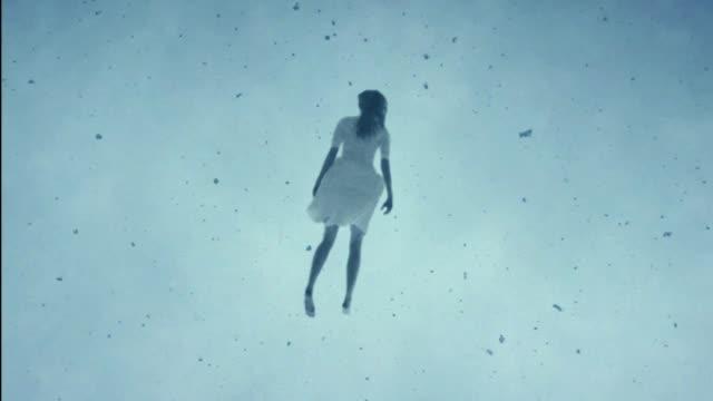 vídeos de stock, filmes e b-roll de levitação - flutuando no ar