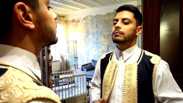 libico uomo d'affari di fronte allo specchio - libia video stock e b–roll