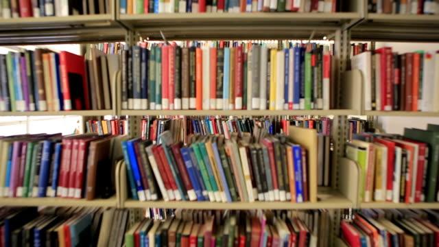 vídeos y material grabado en eventos de stock de biblioteca de libros y newspapers.mov - library