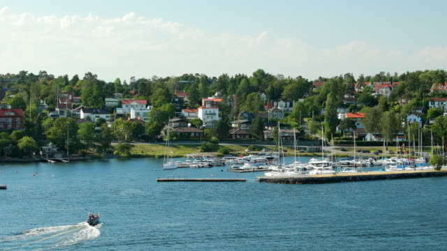 vídeos de stock e filmes b-roll de lidingo, sweden. touristic pleasure boat floating near harbour in sunny summer day - arquipélago