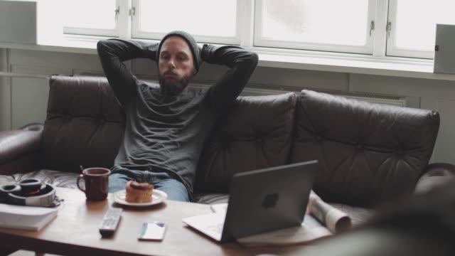 居心地の良い-19パンデミックロックダウン中の生活:自宅で検疫中のうつ病の男 - 寂しさ点の映像素材/bロール