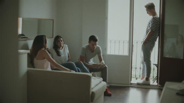 vídeos de stock, filmes e b-roll de vida durante o confinamento pandêmico covid-19: grupo de amigos quarentena em casa - 16 17 anos
