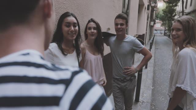 vídeos de stock, filmes e b-roll de vida durante o confinamento de pandemy covid-19: grupo de amigos em quarentena em casa - 16 17 anos