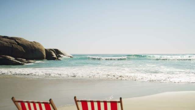 life is always better at the beach - due oggetti video stock e b–roll