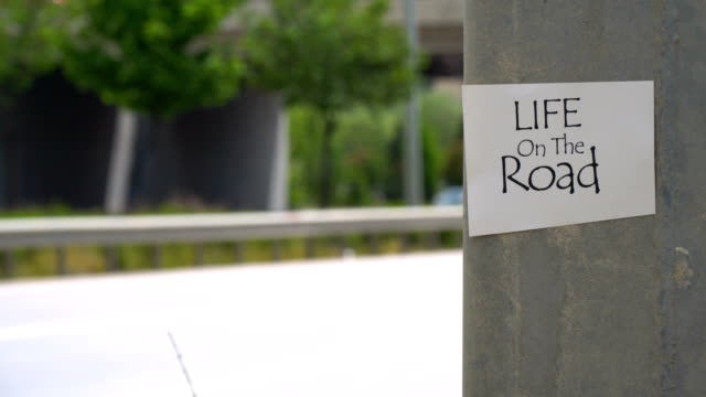 stockvideo's en b-roll-footage met het leven op het verkeersbord - caravan