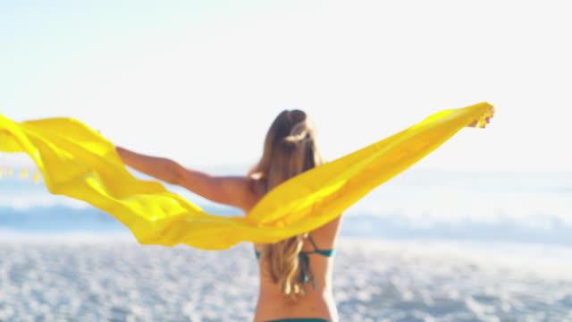 livet gjordes för att levas till fullo - sarong bildbanksvideor och videomaterial från bakom kulisserna