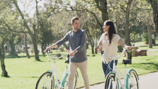 vídeos de stock e filmes b-roll de life's a ride best enjoyed with good company - casal jovem