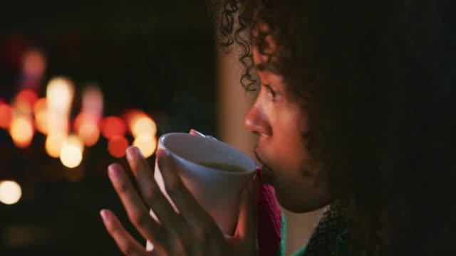 la vita è migliore quando è caldo cioccolato tempo - bevanda calda video stock e b–roll