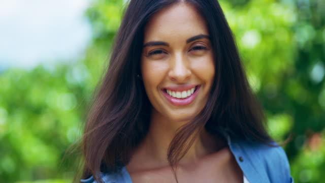 livet är ännu bättre när du ler - brunt hår bildbanksvideor och videomaterial från bakom kulisserna