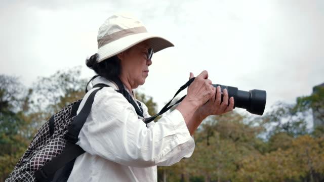 Lifestyle Elderly women to take pictures.