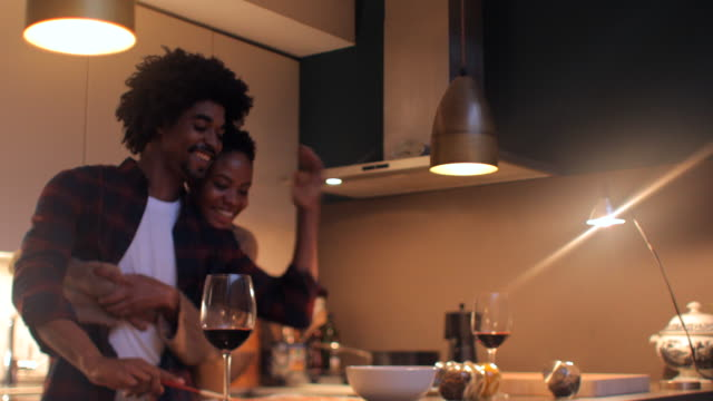 yaşam tarzı ev, çift birlikte akşam yemeği hazırlanıyor. - yemek yapmak stok videoları ve detay görüntü çekimi