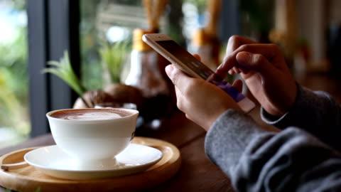 vídeos de stock, filmes e b-roll de estilo de vida de pessoas na loja de café - smartphone