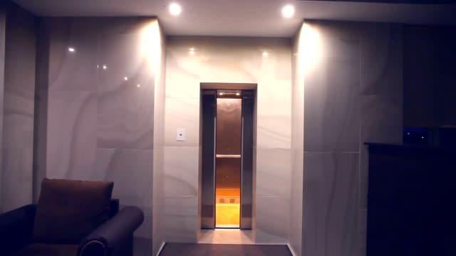 Levante o elevador fecha na luz da noite no hotel edifício - vídeo