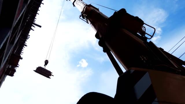 在施工現場提升負載,使用塔式起重機工作 - 起重機 個影片檔及 b 捲影像