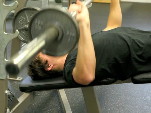stockvideo's en b-roll-footage met lifting weights - bankdruktoestel