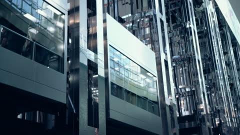 vidéos et rushes de la ascenseurs dans un bâtiment futuriste - en verre