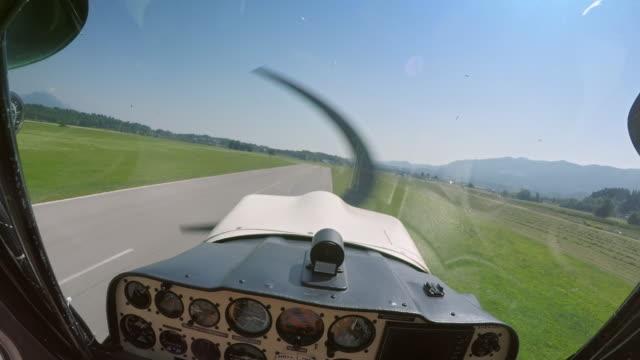 pov light aircraft pilot ausziehen - blickwinkel der aufnahme stock-videos und b-roll-filmmaterial