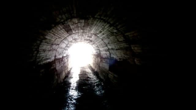 luce alla fine del tunnel - mistero video stock e b–roll