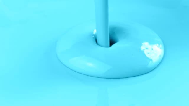 ljusblå färg hälla på ytan - kanvas bildbanksvideor och videomaterial från bakom kulisserna