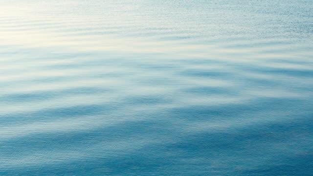 vídeos de stock, filmes e b-roll de leve brisa do mar - ondulado