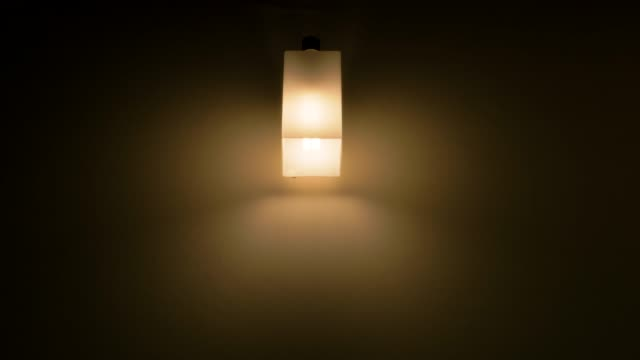 glühbirne ausgeschaltet. - led leuchtmittel stock-videos und b-roll-filmmaterial