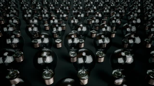 glühbirnen beginnen, unter auswahl der glaskolben beleuchtet. - led leuchtmittel stock-videos und b-roll-filmmaterial