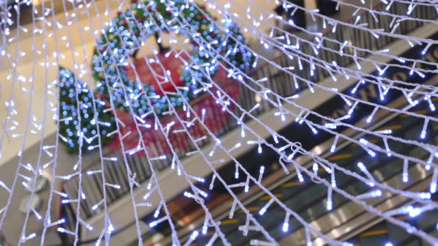 stockvideo's en b-roll-footage met licht decoratie in winkelcentrum - christmas tree
